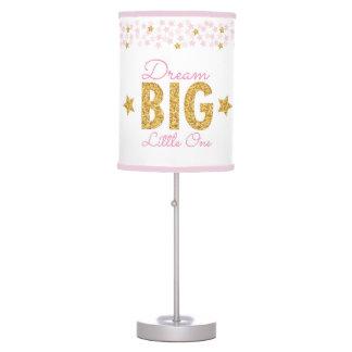 Rosa grande ideal y lámpara del cuarto de niños de