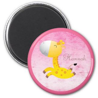 Rosa lindo de la jirafa del dibujo animado persona imán redondo 5 cm