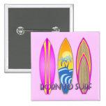 Rosa llevado para practicar surf pin