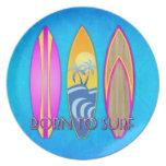 Rosa llevado para practicar surf plato para fiesta