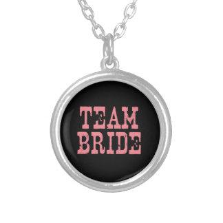 Rosa occidental de la novia del equipo en negro colgante redondo