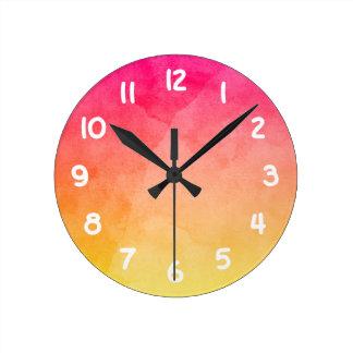 Rosa para amarillear la acuarela reloj redondo mediano