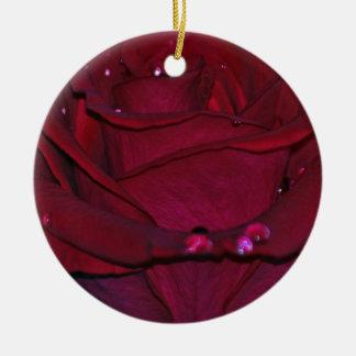 Rosa rojo apasionado adorno redondo de cerámica