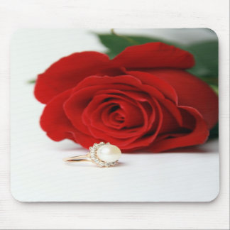 Rosa rojo con el anillo Mousepads