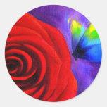 Rosa rojo con el arte de la pintura de la mariposa etiqueta redonda