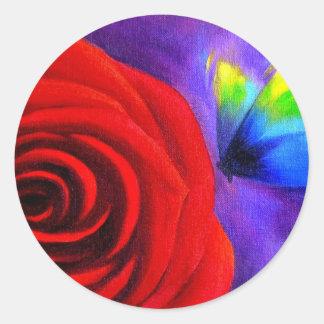 Rosa rojo con el arte de la pintura de la mariposa pegatina redonda