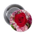 Rosa rojo con las flores y el botón clasificados d pin