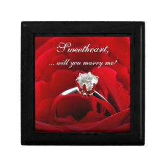 Rosa rojo con propuesta de matrimonio del anillo d cajas de joyas