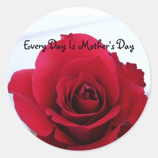 Rosa rojo del día de madre pegatina redonda