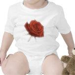 Rosa rojo en foco suave traje de bebé