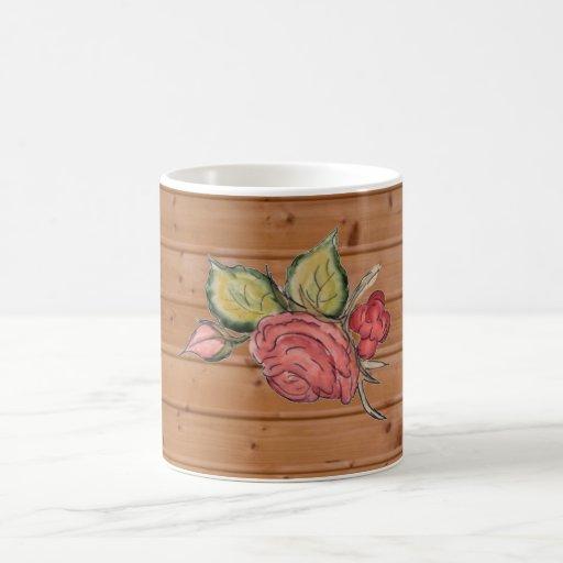 Rosa rojo en fondo de madera taza clásica