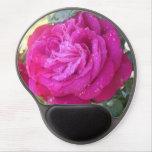 Rosa rojo en la lluvia alfombrillas con gel