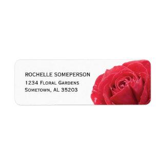 Rosa rojo en las etiquetas blancas del remite etiqueta de remite