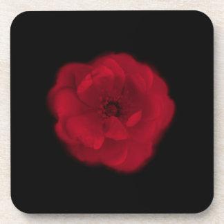 Rosa rojo. Fondo negro Posavasos De Bebida