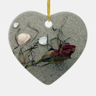 Rosa rojo perdido en el mar adorno navideño de cerámica en forma de corazón