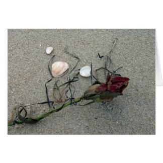 Rosa rojo perdido en el mar tarjeta de felicitación