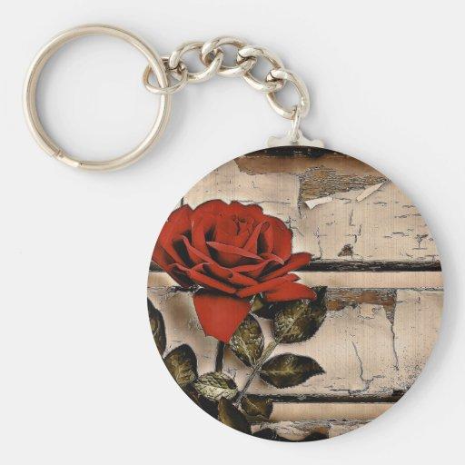 Rosa rojo rústico elegante en fondo del tablero de llaveros