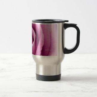 Rosa rosado doblado a la taza de la perfección