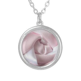 Rosa rosado y blanco colgante redondo
