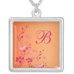Rosa y collar con monograma floral anaranjado