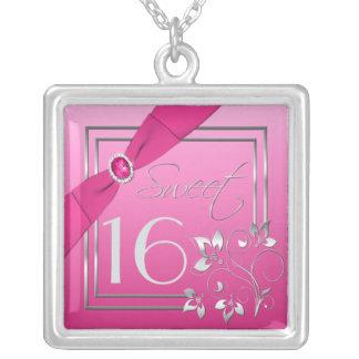 Rosa y collar floral del dulce dieciséis de la pla
