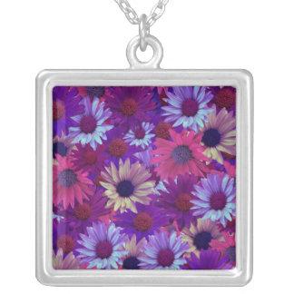 Rosa y collar púrpura de las flores salvajes