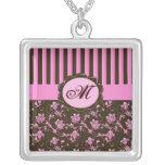 Rosa y collar rayado floral del monograma de Brown