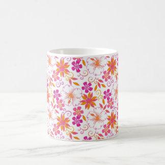 Rosa y estampado de plores tropical anaranjado taza básica blanca