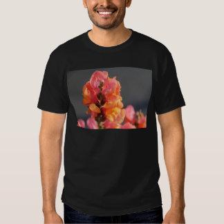 Rosa y flores tropicales anaranjadas playera