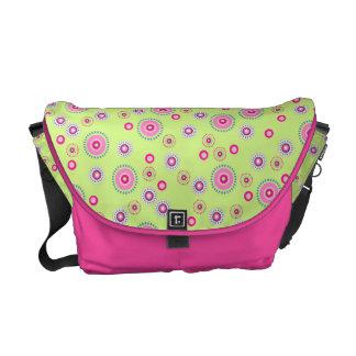 Rosa y la bolsa de mensajero punteada verde de los bolsas de mensajería