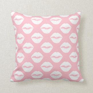 Rosa y labios fruncidos blanco almohada
