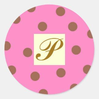 Rosa y letra P de los lunares de Brown Pegatina Redonda