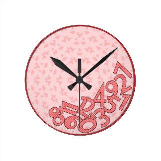 Rosa y números rojos, caidos reloj redondo mediano