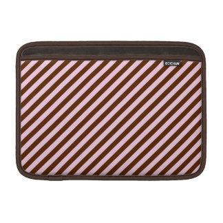 Rosa y rayas de la diagonal de Brown Fundas MacBook