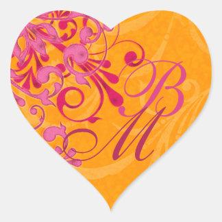 Rosa y sello abstracto anaranjado del sobre floral pegatina en forma de corazón