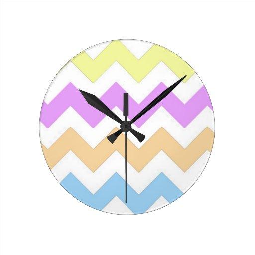 rosado, azul, tiras del zigzag del color en relojes de pared