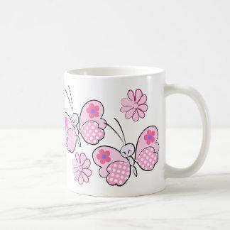~ rosado de las mariposas y de las flores del taza clásica