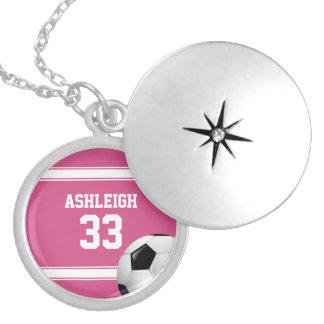 Rosado y blanco raya el balón de fútbol del jersey dijes