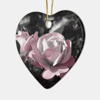 Rosaleda rosada adorno navideño de cerámica en forma de corazón
