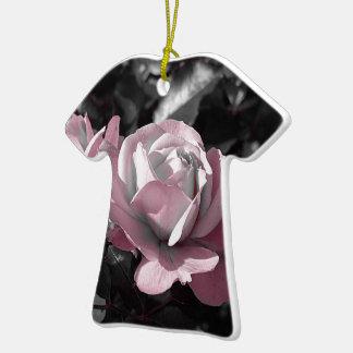 Rosaleda rosada adorno navideño de cerámica en forma de playera