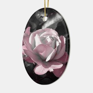Rosaleda rosada adorno navideño ovalado de cerámica