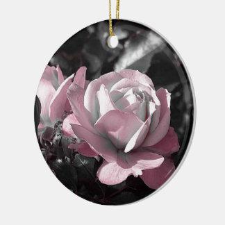 Rosaleda rosada adorno navideño redondo de cerámica