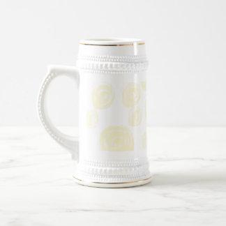 Rosas amarillos de la crema ligera en blanco taza de café