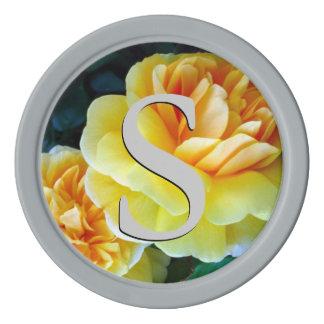 Rosas amarillos de oro cones monograma fichas de póquer