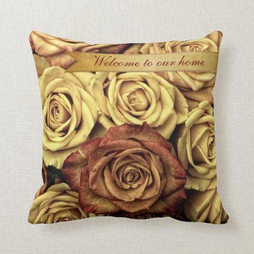 Rosas amarillos del vintage elegante hermoso con l almohadas