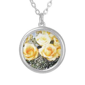 Rosas amarillos que casan artículos colgante redondo