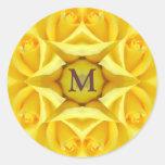 Rosas amarillos que casan el monograma etiquetas