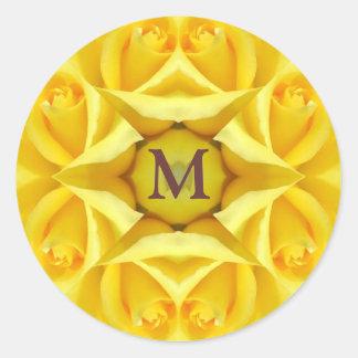 Rosas amarillos que casan el monograma pegatina redonda