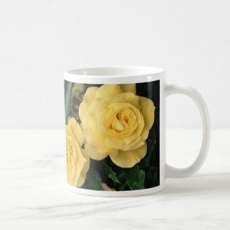 Rosas amarillos tazas de café
