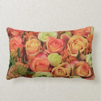rosas amarillos y anaranjados por Therosegarden Almohada